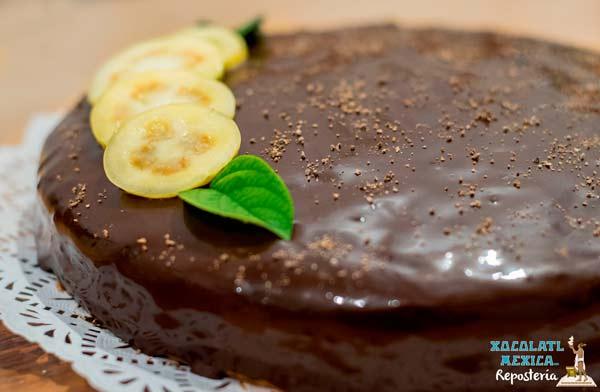 Pastel de Chocolate con relleno de Guyaba y cubierta de Chocolate - Xocolatl Mexica